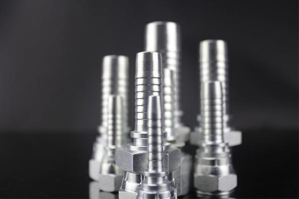 Raccordo idraulico metrico in acciaio al carbonio con attacco maschio 24 gradi per tubo conico a 24 gradi