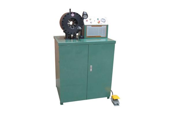 Aggraffatrice idraulica per tubi